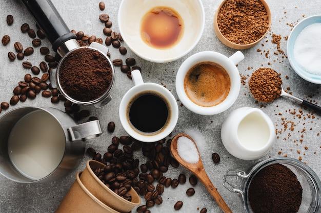 Concept de café avec différents types de café et accessoires pour la préparation du café sur fond gris. vue d'en-haut.