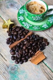 Concept de café de noël avec une tasse de café et de haricots