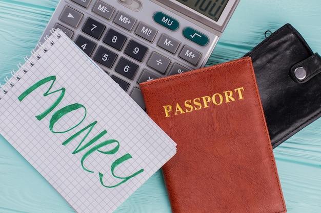 Concept de calcul des frais de déplacement. portefeuille de passeport de calculatrice sur fond bleu.