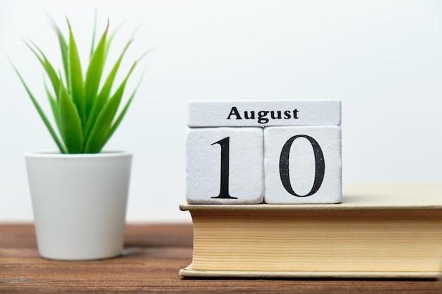 Concept de calendrier du dixième jour du mois sur des blocs de bois
