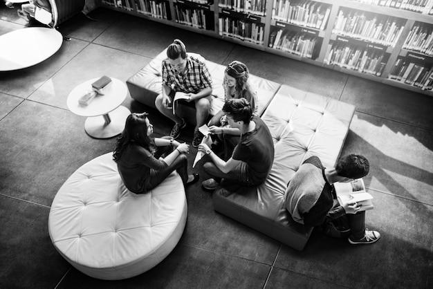 Concept de camarade de classe partageant le concept d'ami international