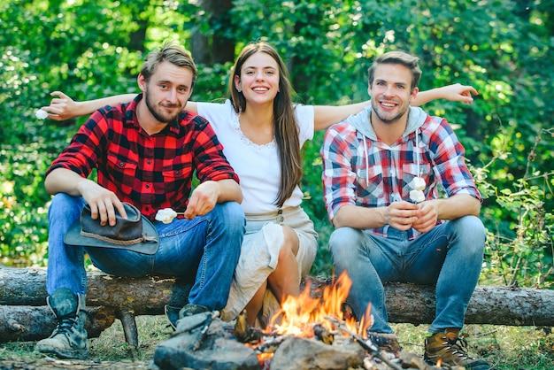 Concept de camping d'amis