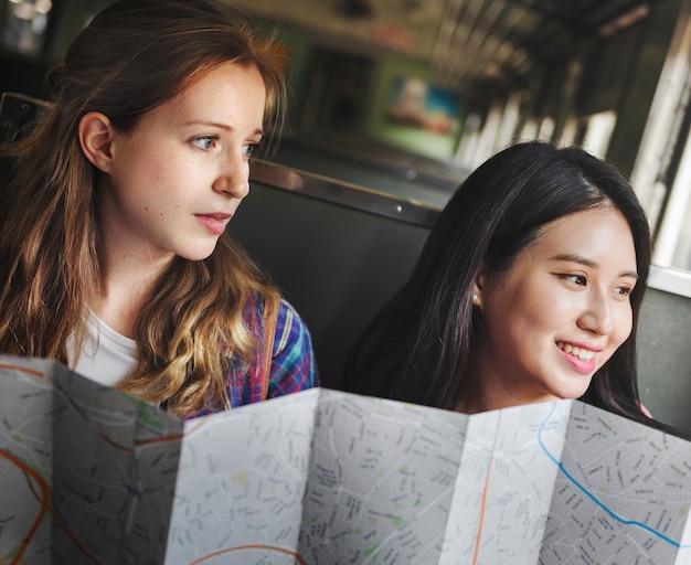 Concept de carte de vacances voyage hangout filles amitié