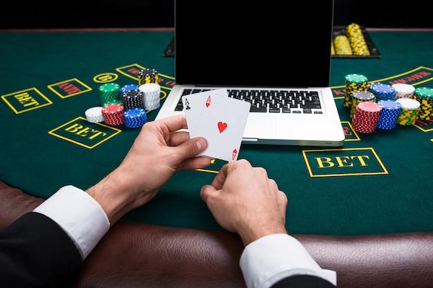 Concept de casino, de jeu en ligne, de technologie et de personnes