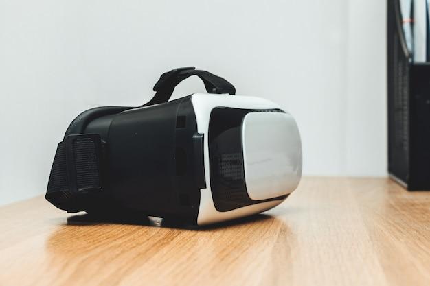 Concept de casque de réalité virtuelle vr réalité virtuelle sur table en bois