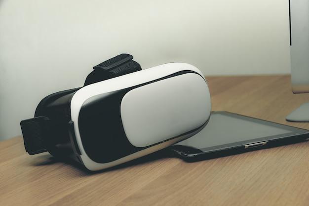 Concept de casque de réalité virtuelle vr réalité virtuelle et tablette sur table en bois