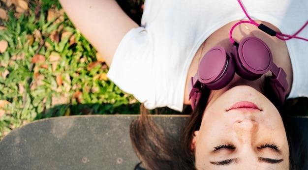 Concept de casque de relaxation de planche à roulettes se trouvant chill