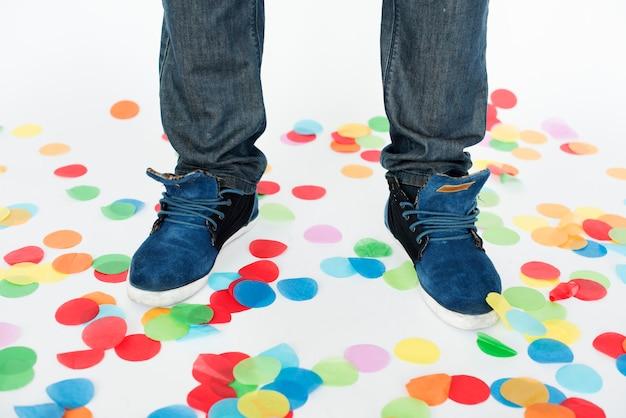 Concept de célébration de fête de pied de confettis