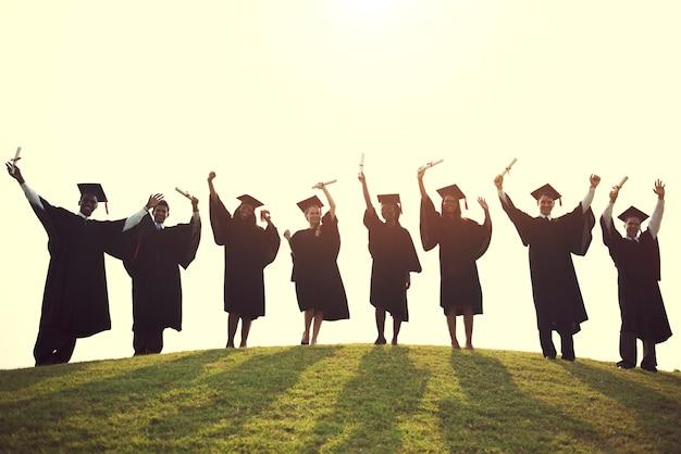 Concept de cérémonie de remise des diplômes de jeunes étudiants