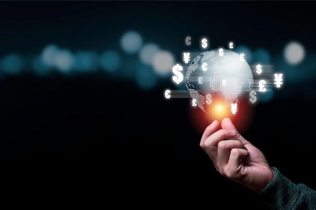 Concept de change mondial, main tenant le monde avec effet de ligne virtuelle et signe dollar yuan yen euro et livre sterling.