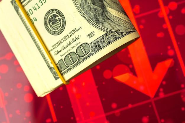 Le concept de changement de cours du dollar américain sur le marché, flèche rouge sur la photo d'arrière-plan des graphiques boursiers