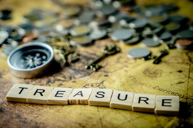 Concept de chasse au trésor vintage avec des pièces de monnaie et une boussole