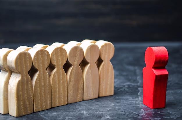 Le concept d'un chef d'entreprise. le patron debout devant l'équipe