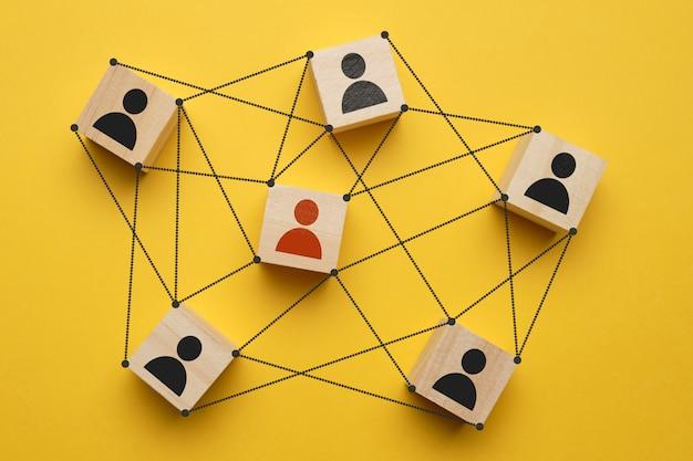 Concept de chef d'équipe - personnes abstraites sur des cubes avec des liens.