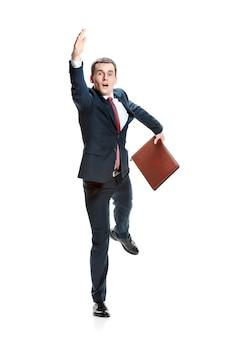 Concept de choisir le meilleur candidat. vue de tout le corps d'homme d'affaires levant la main sur fond de studio blanc.