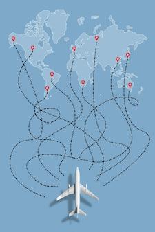 Le concept de choisir un vol vers différents pays sur la carte du monde en avion.