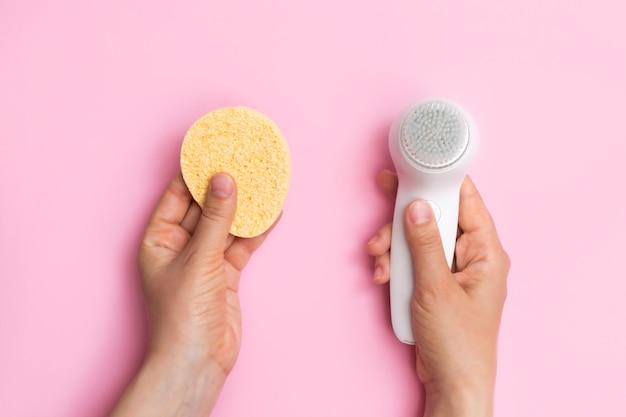 Concept de choix de brosse ou d'éponges pour le visage