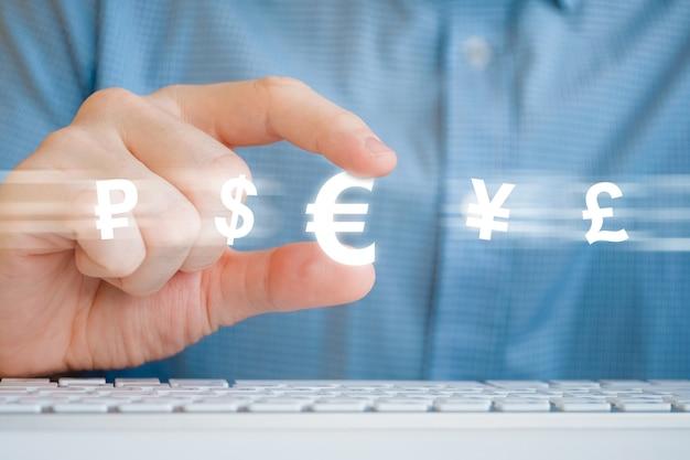 Concept de choix de monnaie dans la main d'un homme d'affaires.