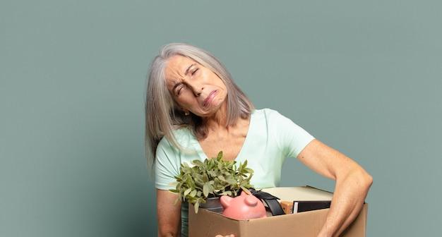 Concept de chômeur de jolie femme cheveux gris