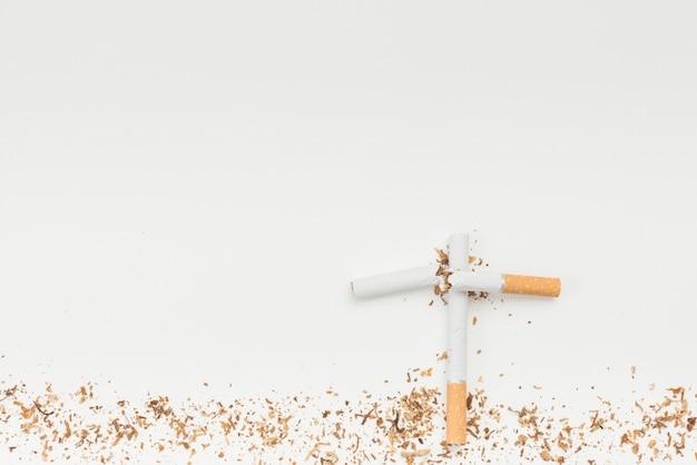 Concept de cimetières fabriqués à partir de cigarettes au-dessus d'un fond blanc