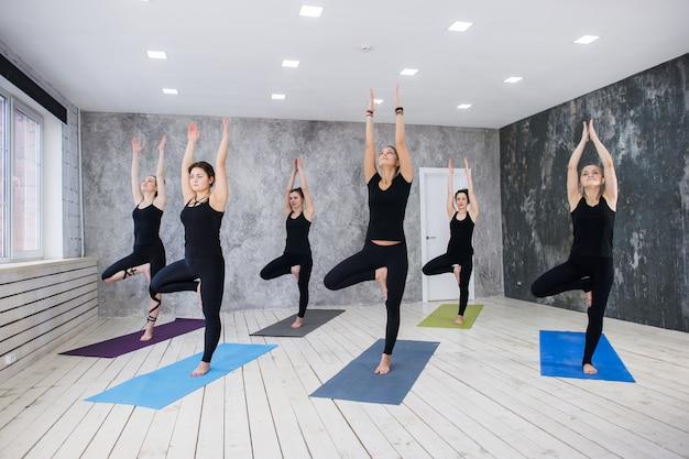 Concept de classe d'exercice de pratique du yoga