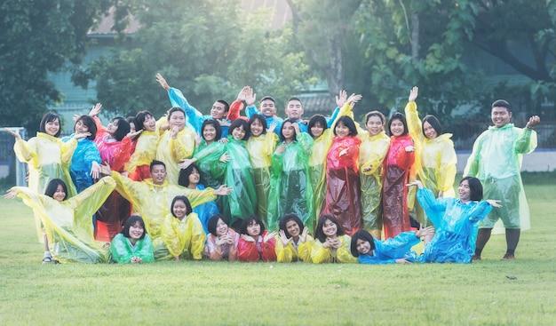 Concept coloré de raincoat, étudiants à l'éducation scolaire en thaïlande