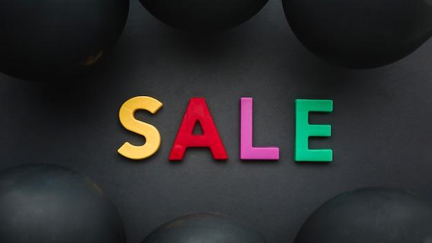 Concept coloré de vente sur fond noir