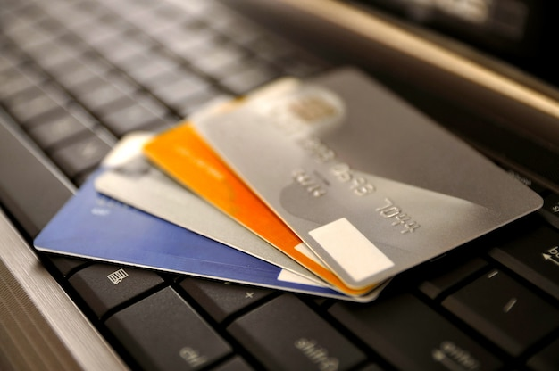 Concept de commerce électronique. groupe de cartes de crédit et ordinateur portable avec dof peu profonde