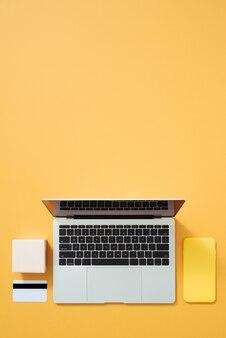 Concept de commerce électronique, remises, ventes sur couleur.