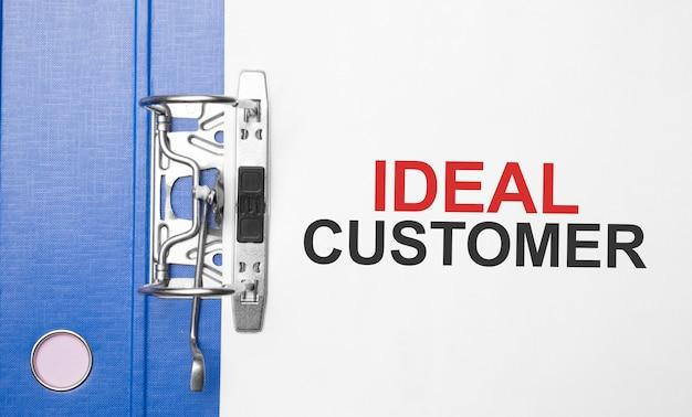 Concept commercial et financier. sur la table un dossier avec l'inscription ideal customer