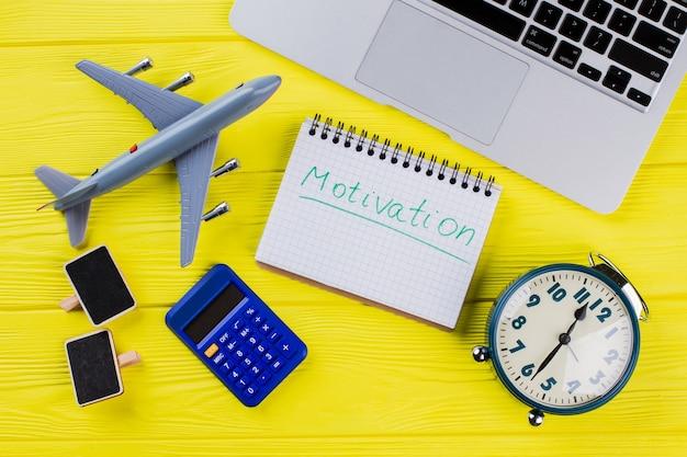 Concept commercial et financier de vue de dessus à plat. voyage et motivation. fond en bois jaune.