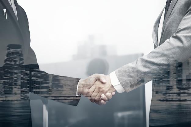Concept commercial international de poignée de main de partenaires commerciaux
