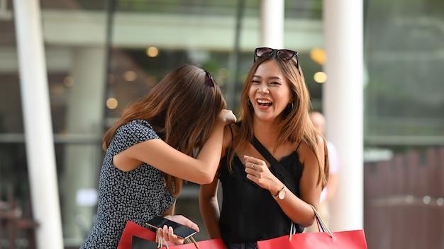 Concept commercial, moment of friendships femme marchant avec un sac à provisions.