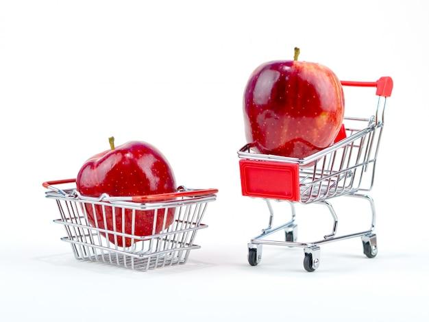 Concept commercial pomme fraîcheur avec petit panier et panier sur fond blanc