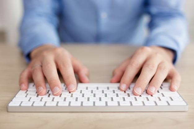 Concept commercial et technologique - gros plan des mains et du clavier sur la table