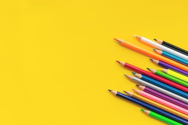 Concept de communication communautaire. groupe de crayons sur le fond jaune