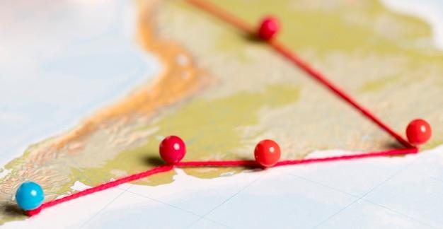 Concept de communication avec des épingles sur la carte