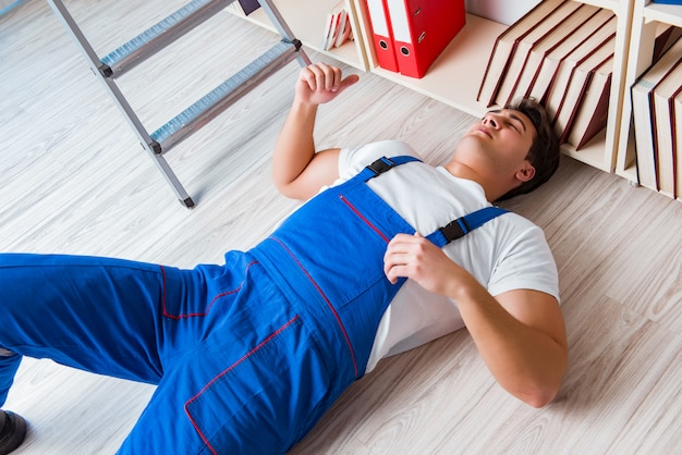 Concept de comportement dangereux avec la chute d'un travailleur
