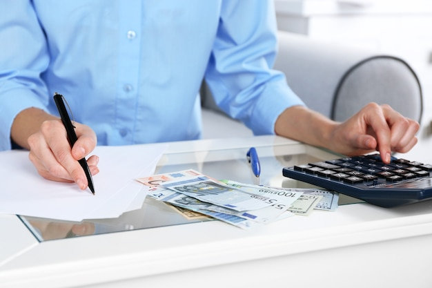 Concept de comptabilité analyse du rapport financier avec calculatrice