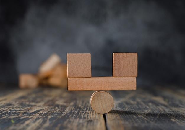 Concept de comptabilité commerciale et financière avec vue de côté de blocs de bois.