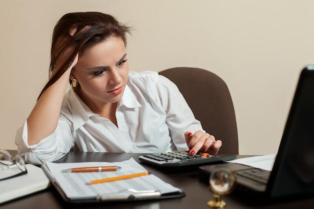 Concept comptable jeune femme fatiguée