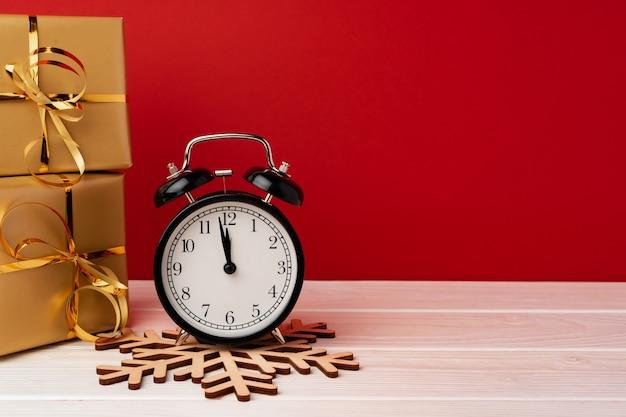 Concept de compte à rebours de célébration de noël et du nouvel an avec réveil