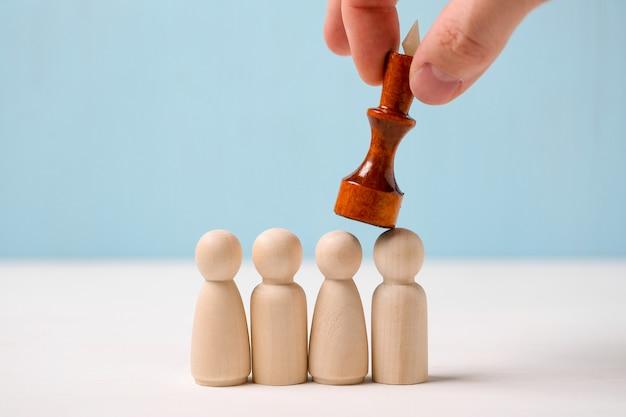 Le concept de concurrence féroce. roi marchant sur la tête de ses collègues.