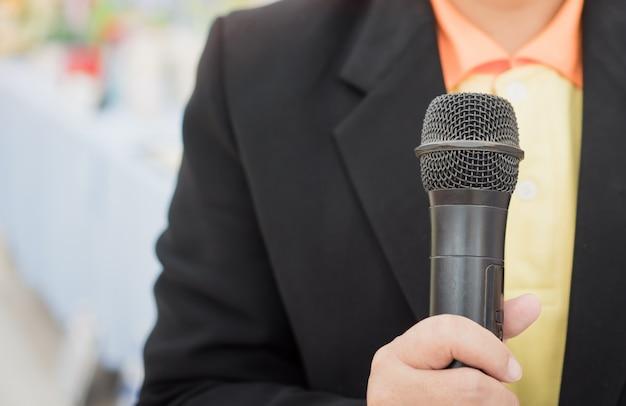 Concept de conférence de séminaire: mains tenant un discours de gens d'affaires