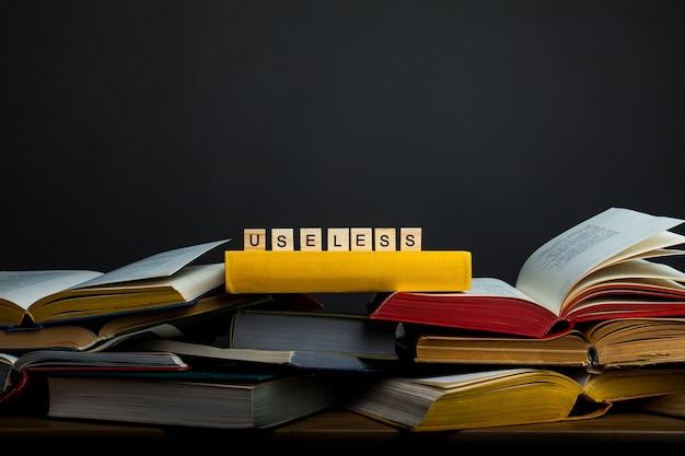 Le concept de connaissance inutile. inutile - mot de blocs de bois