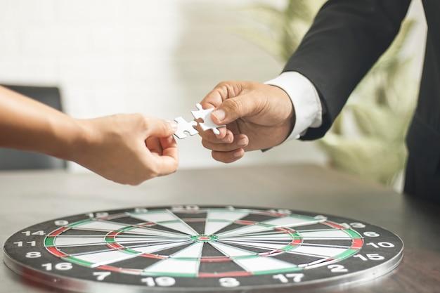 Concept de connexion et de fusion homme d'affaires se connecter avec puzzle