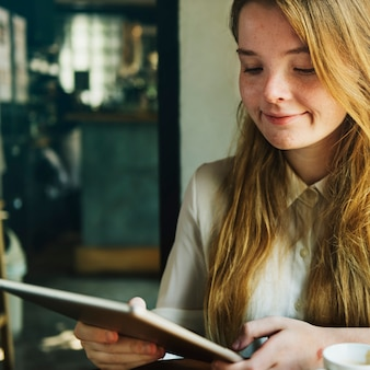 Concept de connexion numérique fille idées féminines