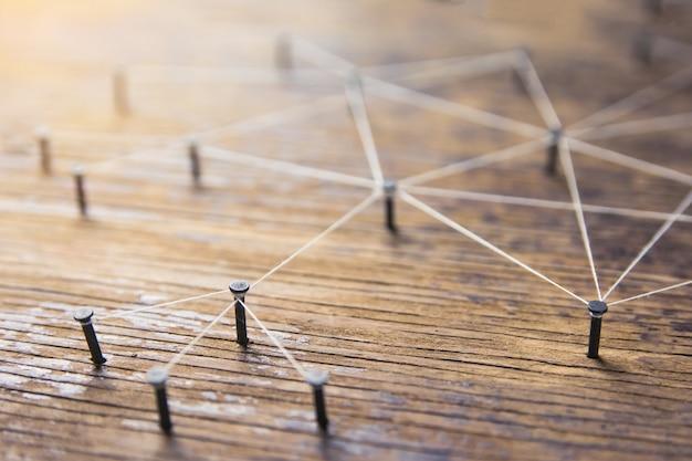 Concept de connexion de réseau - réseau connecté avec du fil blanc sur du bois de planche avec espace de copie.