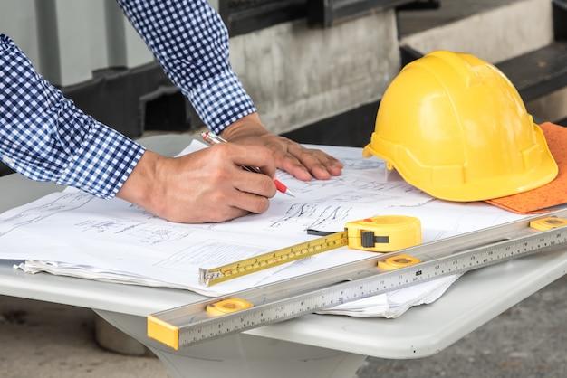 Concept de construction, mains d'ingénieur travaillant sur un plan