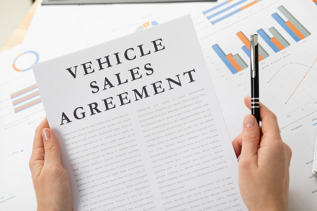 Concept de contrat de vente de venicle, documents sur le bureau
